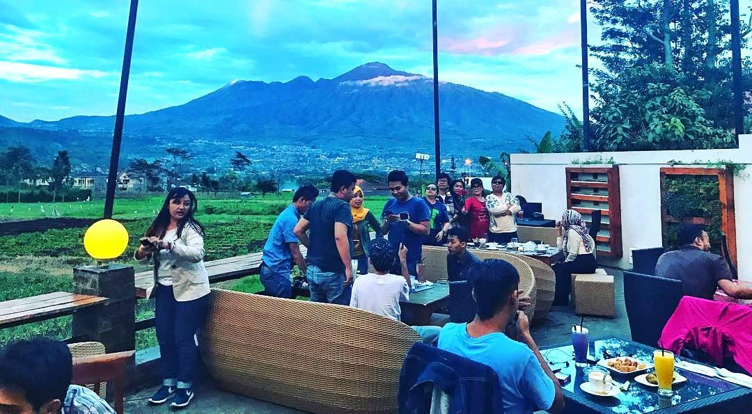 Pupuk Bawang cafe outdoor malang