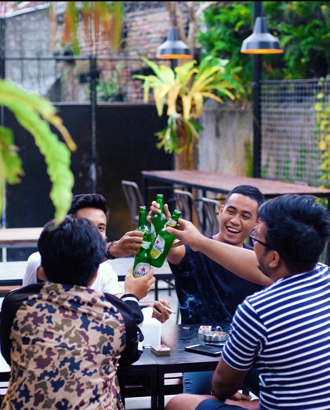 suasana tropical garden di Astep Bistro Malang
